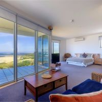 Wytonia Penthouse - top floor with breathtaking views up and down the beach